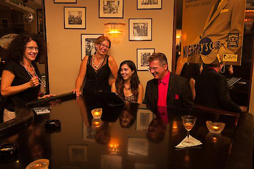 Wiener Bar Pianisten spielen in den bekannten Bars, Restaurants, Cafés, Hotellobbies in Wien. Sie sind professionelle Pianisten, die ihr Können täglich vor Publikum unter Beweis stellen. Das Besondere an den Wiener Bar Pianisten ist, dass sie nicht nur Klavier spielen, sondern auch selbst fantastische Musikstücke komponieren.