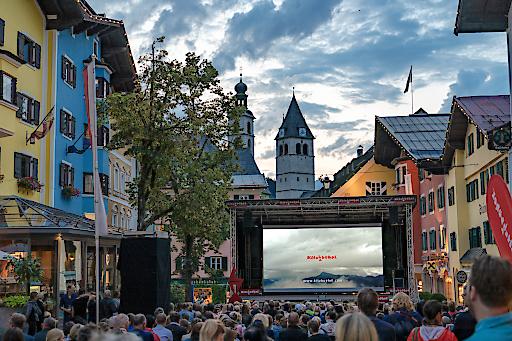 """Die Fußgängerzone der Kitzbüheler Innenstadt verwandelt sich beim """"Kino in der Stadt"""" zur eindrucksvollen Kulisse"""