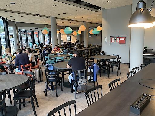 Frühstücksräume, Lobbys und Zimmer wurden, wie bei allen Häusern der Kette, im neuen a&o Design gestaltet.
