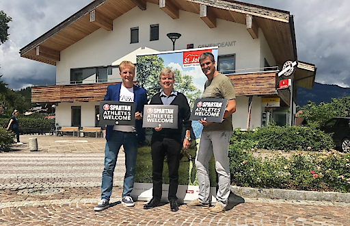 Gernot Riedel (GF Tourismusverband), Hans Schweigkofler (BGM Oberndorf in Tirol) und Helge Lorenz (Organisator Spartan Race) freuen sich über den Zuschlag