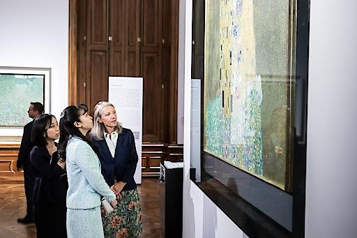 Japanische Prinzessin Kako gemeinsam mit Stella Rollig, Generaldirektorin des Belvedere vor dem Gemälde Der Kuss von Gustav Klimt im Oberen Belvedere