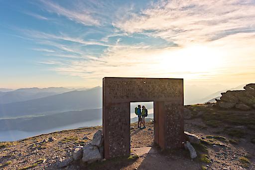Das Granattor ist in den letzten zehn Jahren der Sehnsuchtsort auf dem Millstätter See Höhensteig geworden. Eine einmalige Landmarke, die u.a. ein Synonym für die Destination Millstätter See geworden ist.