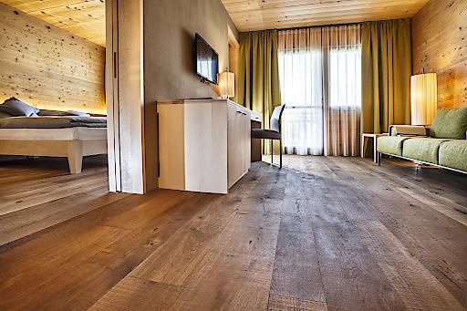 Holz, wohin das Auge reicht: Decken und Wände im Design Hotel Seiser Alm Urthaler bestehen aus unbehandeltem Fichten-und Lärchenholz – ohne chemische Anstriche, Leime oder Metallnägel