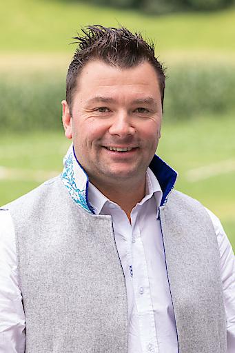 """Christian Kröll, Geschäftsführer der Erlebnissennerei Zillertal in Mayrhofen, freut sich über eine weitere internationale Auszeichnung. Bei der Anuga 2019 wurde der neue Heumilch-Käse """"Opal"""" mit Hanfsamen und Bergkräutern mit dem Anuga-Innovationspreis 2019 ausgezeichnet. Der prämierte Käse gehört zur neuen Produktlinie """"Heumilch-Juwelen"""" mit """"Smaragd"""" (Safran), """"Edelstein"""" (Sommertrüffel) und """"Granat"""" mit rotem Pesto. Im Frühjahr 2020 werden die neuen Heumilch-Spezialitäten im Handel sein."""