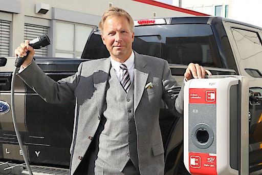 "Unter Strom: ""Praxishandbuch Elektromobilität"" neu im TÜV AUSTRIA Fachverlag. Im Bild: Christian Rötzer"