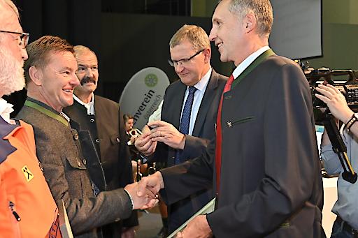 Vizepräsident Wolfgang Schnabl (re.) und Alpenvereinspräsident Andreas Ermacora zeichneten die Bergretter aus.