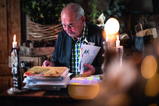Der ehemalige Posthalter Willy Würzer beim Lesen der Kinder Briefe an das Christkind.