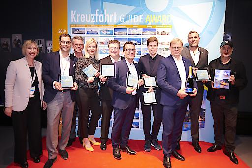 """Gewinner der KFG Awards 2019. Awards; Winner; von links nach rechts; Petra Quasdorf; Seacloud Cruises; Daniel Schäfer; Seacloud Cruises; Johannes Bohmann; Jury-Vorstand; Godja Sönnichsen; TUI Cruises; Oliver Steuber; Plantours Kreuzfahrten; Carsten Sühring; Hapag-Lloyd Kreuzfahrten; Benjamin Krumpen; Phoenix Reisen; Hansjörg Kunze; AIDA Cruises; Alexander Ewig; AIDA Cruises; Uwe Bahn; Moderator; Hamburg; Germany; Abdruck honorarfrei mit Hinweis auf Martin Kess/ Kreuzfahrt Guide Weiterer Text über ots und www.presseportal.de/nr/53784 / Die Verwendung dieses Bildes ist für redaktionelle Zwecke honorarfrei. Veröffentlichung bitte unter Quellenangabe: """"obs/planet c GmbH/Martin Kess/Kreuzfahrt Guide"""""""