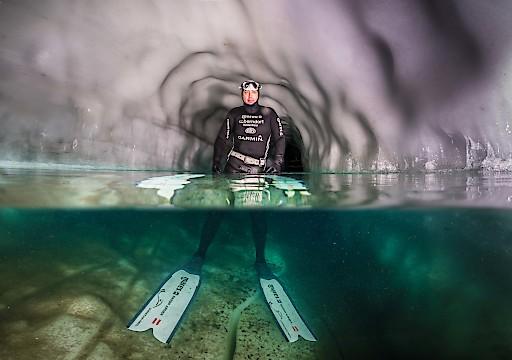 Einen Eisschacht im Natur Eis Palast nutzte der Apnoetaucher Christian Redl für einen Weltrekord, der allen Beteiligten den Atem stocken ließ.