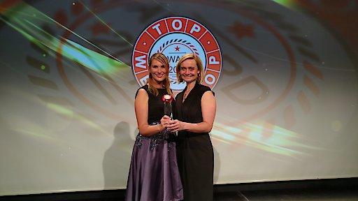 """Mag. Christina Brandstätter (Label & Gründerin) mit Mag. Valerie Odelga (Herstellerin ZIRBELLE) freuen sich über den Award für """"Top of Webshop""""."""