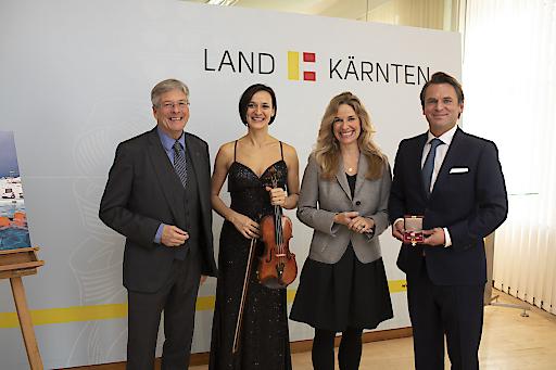 Im Bild (von links nach rechts): Landeshauptmann Peter Kaiser, Geigerin Deniza Liebhauser und Harald Kitz mit Lebenspartnerin Kristina, am 28.11.2019, bei der Verleihung des Ehrenzeichens