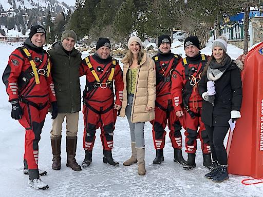 Mutige Feuerwehrmänner sind bei der Eiswette am Turrachersee immer dabei und sorgen für einen sicheren Ablauf.