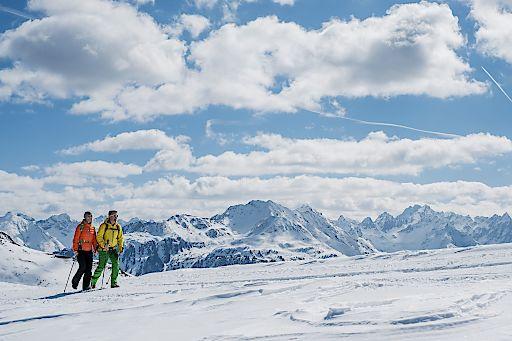 Bei einem Spaziergang durch die verschneite Winterlandschaft die Seele baumeln lassen (Credit: Tirol Werbung / Herbig Hans Photography)