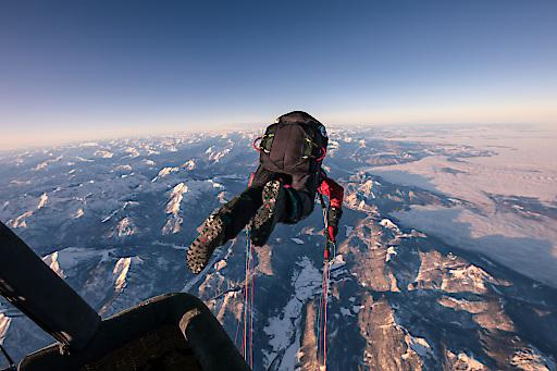 Weltrekordsprung hoch über dem Achensee: Gleitschirmflieger Mike Küng sprang in der Head-Over-Technik in 7.100 Metern aus einem Heißluftballon.