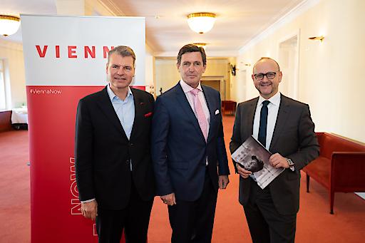 StR Peter Hanke, Norbert Kettner und Herr Otto (AUA) präsentieren die Bilanz des WienTourismus