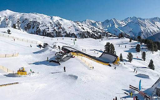Die Zillertal Arena – das größte Skigebiet des Zillertals – bietet ab sofort als einziges Skigebiet weltweit einen permanenten Landingbag (ein riesiges Luftkissen) für Jedermann, der im Winter mit echten Schneeabsprüngen benutzt werden kann. Das Angebot ist für alle kostenlos!