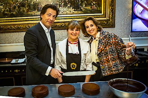 Matthias und Alexandra Winkler (Sacher) beim Glasieren einer Original Sacher-Torte