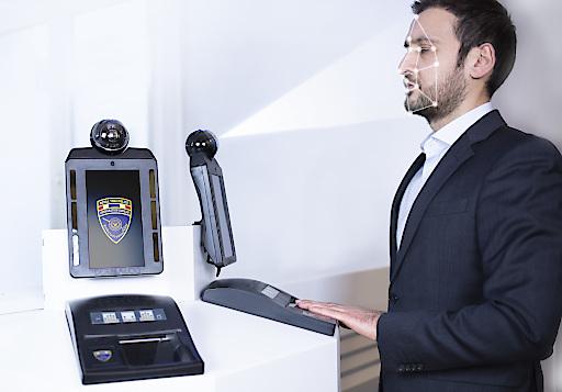 """Das biometrische Grenzkontrollsystem von DERMALOG identifiziert eine Person anhand von Gesicht und Fingerabdruck, um Betrugsversuche zu verhindern. Weiterer Text über ots und www.presseportal.de/nr/8896 / Die Verwendung dieses Bildes ist für redaktionelle Zwecke honorarfrei. Veröffentlichung bitte unter Quellenangabe: """"obs/Dermalog Identification Systems GmbH"""""""