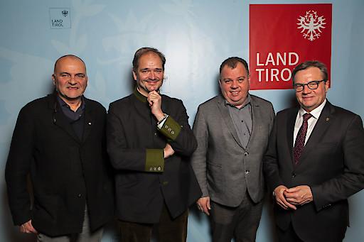 Der neue Vorstand beim Verband der Tiroler Tourismusverbände (v.l.): Karl Gostner, Hans Entner (Obmann), Andreas Hundsbichler mit Landeshauptmann Günther Platter