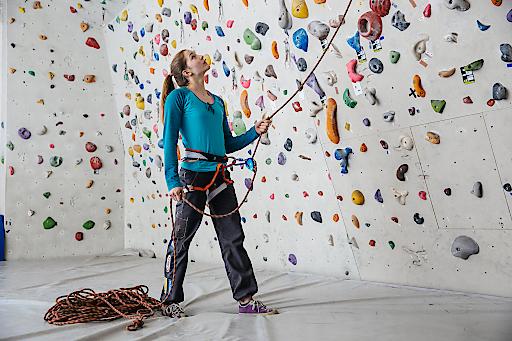 """Sicherungsfehler sind beim Sportklettern die häufigste Unfallursache. Ab Ende Februar kommt die """"Sicher Klettern""""-Tour des Alpenvereins in österreichische Kletterhallen. Im Bild: Jessica Pilz"""