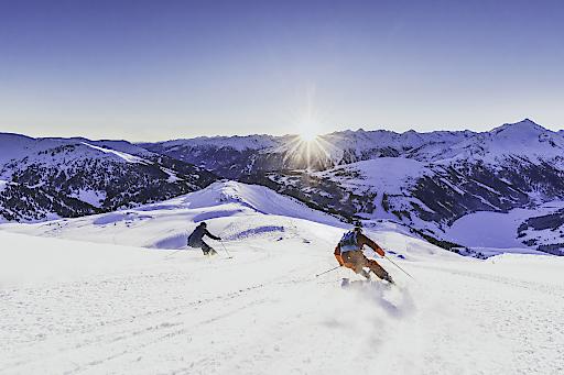 """Für alle Frühaufsteher bietet die Zillertal Arena im März ein absolutes Highlight. Mit Skiern oder Snowboards Schwünge auf unberührten Pisten bei Sonnenaufgang ziehen? """"Good Morning Skiing"""" macht es ab 6.55 Uhr möglich!"""