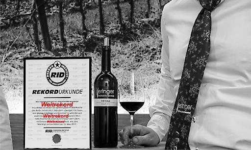 Weltrekordurkunde für die größte Glasweinflasche der Welt zertifiziert vom deutschen RecordInstiut