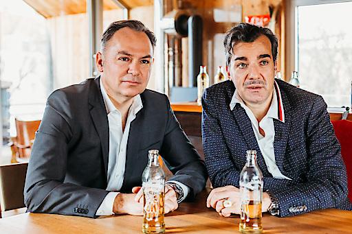 (v.l.n.r.) Almdudler Geschäftsführer Gerhard Schilling und Sprudelfabrikant Heribert Thomas Klein