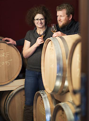 Carmen und Werner Krauss vor einigen ihrer Whiskey Fässer
