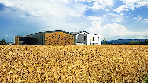 Blick auf die neue Destillery der Familie Krauss in St. Martin im Sulmtal.