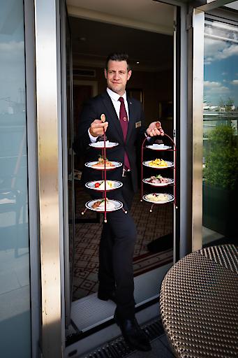 Ein persönlicher Butler serviert im Sacher Séparée Köstlichkeiten von Küchenchef Markus Krenn