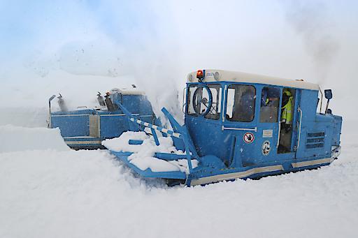 """Mehr als 400.000 Kubikmeter Schnee mussten heuer bewegt werden. Im Bild die historischen """"Wallack-Fräsen"""", die einen Großteil der Arbeit erledigten."""