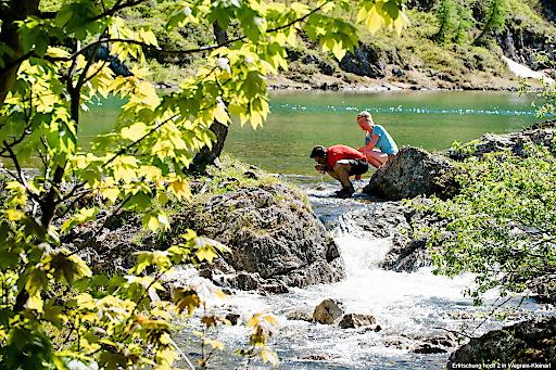 Wanderer genießen das frische Quellwasser in Wagrain-Kleinarl