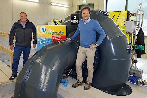 BL Siegfried Kalsberger (links) und Geschäftsführer Erwin Petz (rechts) beim Start der Turbine.