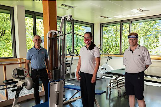 Klaus Lemmerer mit Therapeuten im Trainingsraum des Kurzentrums Bad Hofgastein