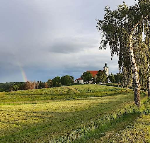 Das Kloster Pernegg öffnet am 30. Mai 2020 wieder seine Pforten. Ein Regenbogen zeigt, dass auf regen Sonne folgt.