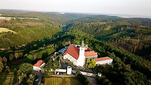 Luftbildaufnahme des Kloster Pernegg im nördlichen Waldviertel mit Blick nach Horn