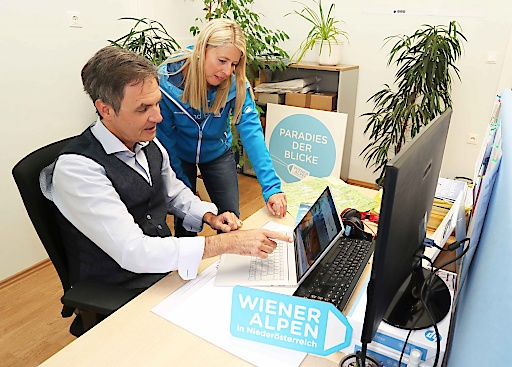 Mit einem Klick in den perfekten Sommerurlaub. Wiener Alpen Geschäftsführer Markus Fürst, hier im Bild mit Sabrina Schwarz (Leitung Wiener Alpen Incoming) zu sehen, startet eine Werbeoffensive für Beherbergungsbetriebe.