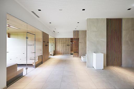 Der Wellnessbereich im 4 Sterne Spa Hotel Bründl wurde von KLAFS neu gestaltet. Dabei wurden neue Raumverhältnisse geschaffen, modernste Technik eingefügt und natürliche Materialien wie hochwertiges Holz verwendet sowie Tageslicht, Offenheit und Lichtstimmungen integriert.