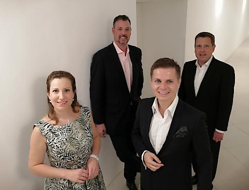 Vergnügliche Premiere mit Sopranistin Simona Eisinger, Veranstalter Peter Hosek, Bariton Havlicek und Mastro Guido Mancusi (künstlerischer Leiter des Orchesters).