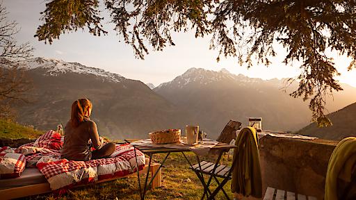 Panorama mit Sonnenaufgang im Berginsel-Garten. Zum Sonnenaufgang gibt's Kaffee am Bett.