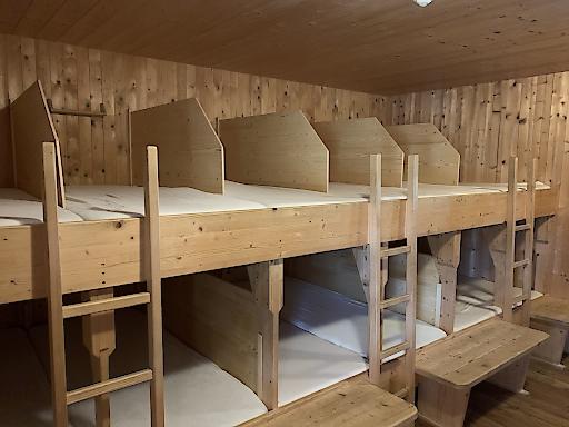 Eingebaute Trennwände in einem Schlaflager auf der Lizumerhütte in Tirol.