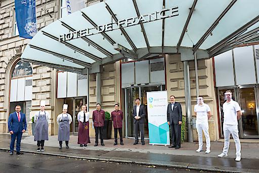 Mobiler COVID Test Service: Das Hotel de France in Wien hat diesen Service am Freitag als erster Gästebetrieb in Österreich in Anspruch genommen und sorgt so für die Sicherheit von Mitarbeitern und Gästen.