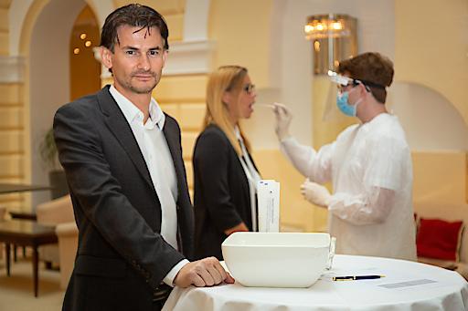 Der mobilen COVID Test Service von Novogenia bietet PCR-Testungen schnell, unkompliziert, effizient und vor allem direkt in der Region bzw. den Betrieben an.