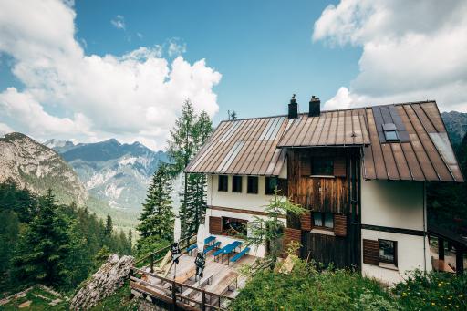 """Das Rifugio Luigi Pellarini, kurz genannt auch """"Pellarini-Hütte"""", gelegen an der Nordseite des Jôf Fuart in den Julischen Alpen."""
