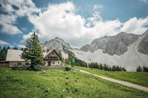 Am südlichen Fuße des Kosiak, auf der Matschacher Alm, befindet sich die Klagenfurter Hütte.