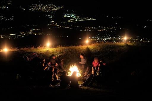 Naturfreunde Ortsgruppe Axams mit ihrem Höhenfeuer auf der Nockspitze.