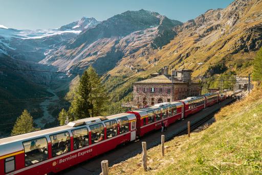 Der Bernina Express beim Bahnhof Alp Grüm.