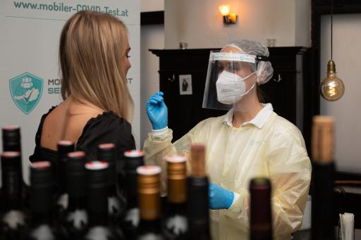 Erstmalige Tests im Wiener Lokal mozart&meisl durch den mobile COVID Test Service von Novogenia.