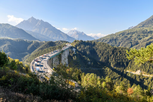 Die Europabrücke führt zum Brennerpass, einer der Hauptverkehrsachsen durch die Alpen zwischen Österreich und Italien.