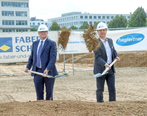 Beim Spatenstich in Frankfurt am Main: Firmeninhaber und Geschäftsführer Hans Georg Hagleitner mit Andreas Hartnagel, dem Deutschland-Verantwortlichen des Unternehmens (im Bild von links)